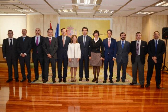 FOTO MINISTRO NUEVOS INGENIEROS 2015